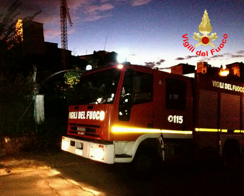 Un momento dell'intervento dei vigili del fuoco