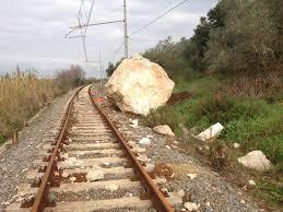 Il masso caduto sul binario ferroviario